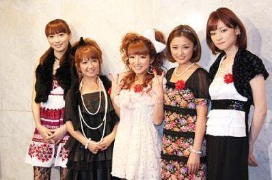 2009年に元モーニング娘。の藤本美貴さんと品川智春さんとの披露宴に出席した際には、花嫁姿より目立ってはいけない全身白の衣装で浮いています。